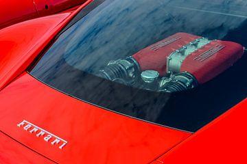 Moteur Ferrari V8 visible à travers la vitre arrière d'une voiture de sport Ferrari 458 Italia rouge