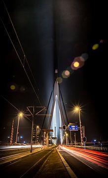 Nacht foto van de Erasmusbrug in Rotterdam met lighttrails van het verkeer van Saskia van Gelderen