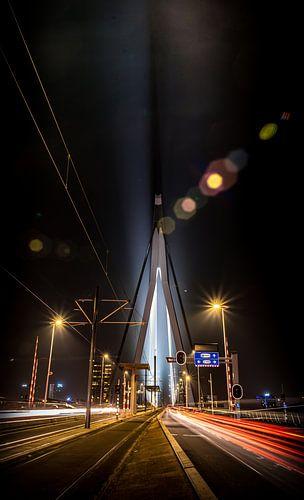 Nacht foto van de Erasmusbrug in Rotterdam met lighttrails van het verkeer von