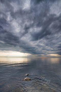 Wolkenlucht boven een spiegelend wateroppervlak vanhet IJsselmeer van Harrie Muis
