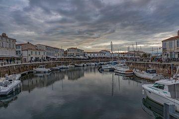 Stille vor dem Sturm im Hafen von Saint Martin de Ré, Frankreich von Maarten Hoek