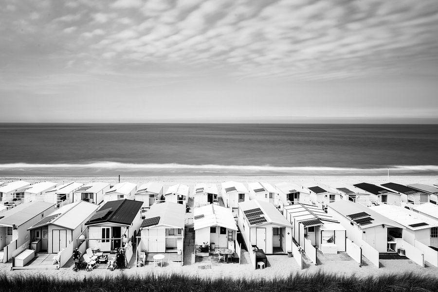 Strandhuisjes in Zandvoort (zwart wit) van Renzo Gerritsen