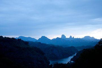Bergen uit Guangdong bij nacht von André van Bel