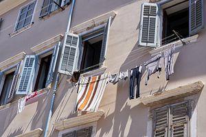Waslijnen met kleren in de steegjes van het oude centrum van Rovinj van Heiko Kueverling