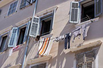 Wäscheleinen mit Wäsche in den Gassen der Altstadt von Rovinj von Heiko Kueverling