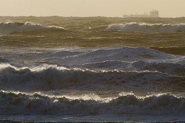 Branding tijdens storm met zonsondergang en visserschip van Menno van Duijn