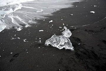 Eisskulptur kriecht an Land am Eismeer  Jokulsarlon, Island von Jutta Klassen