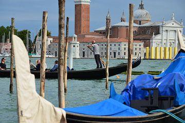 Gondelier in Venetie van Remco Swiers