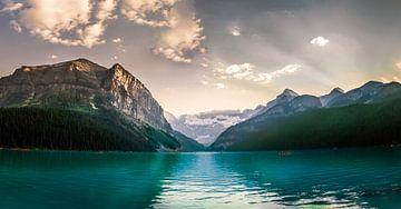 Laatste zonnestralen bij berg meer van Dennis Werkman
