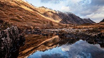 Die Reflexion vervollständigt das Bild in dieser Landschaft. von Studio de Waay