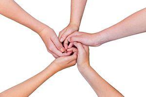 Vijf armen met handen van kinderen verbonden  van