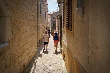 Touristes dans une ruelle étroite de la vieille ville de Krk