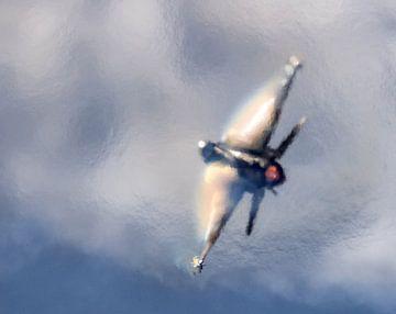 Die griechische F16 trägt einen Regenbogen auf ihren Flügeln. von Stefano Scoop