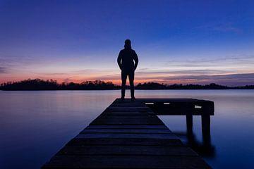 Paterwoldsemeer Groningen/ Haren | Man op een steiger tijdens zonsondergang van Hessel de Jong