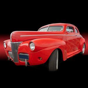 Futiristische rode auto op een zwarte achtergrond