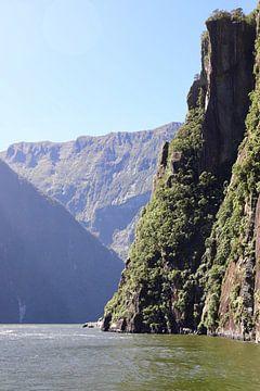 De rots in de branding - Milford Sound - NIeuw Zeeland van Be More Outdoor
