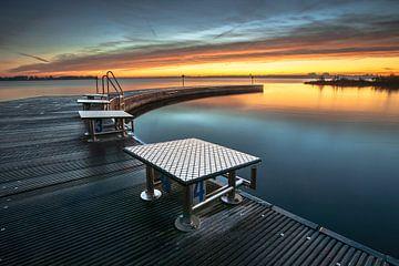 Openbaar zwembad aan recreatieplas in de provincie Flevoland  bij zonsondergang van