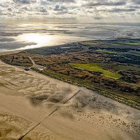 Dageraad over Eierland Texel van Roel Ovinge