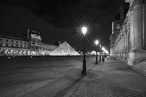 Het Louvre Museum in Parijs in de nacht