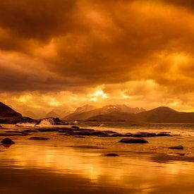 zonsondergang op de Lofoten in Noorwegen van Hamperium Photography