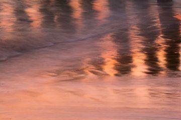 reflectie van palen in de zee bij avondlicht van Ria Bloemendaal