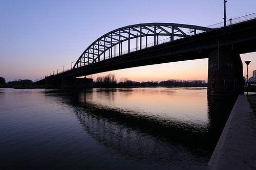John Frostbrug over de Nederrijn bij Arnhem na zonsondergang van Merijn van der Vliet