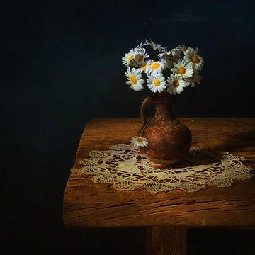 Still leven met kleine margrietjes . van Saskia Dingemans