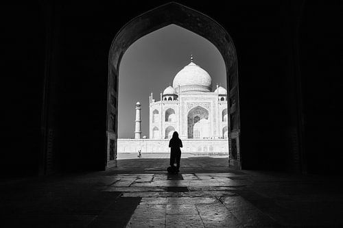 Silhouette van vrouw in poort tegenover de Taj Mahal in Agra India. Wout Kok One2expose. van