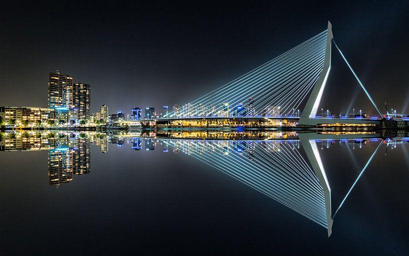 Erasmus Bridge Mirror 1 van Joram Janssen