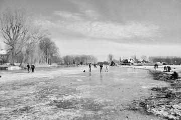Schlittschuhlaufen im Alblasserwaard Schwarz und weiß von Consala van  der Griend