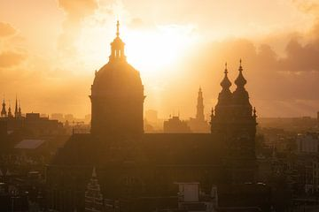 Nicolaasbasiliek in Amsterdam tijdens Zonsondergang van Albert Dros