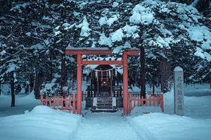 Klein altaar met een torii poort en lampje