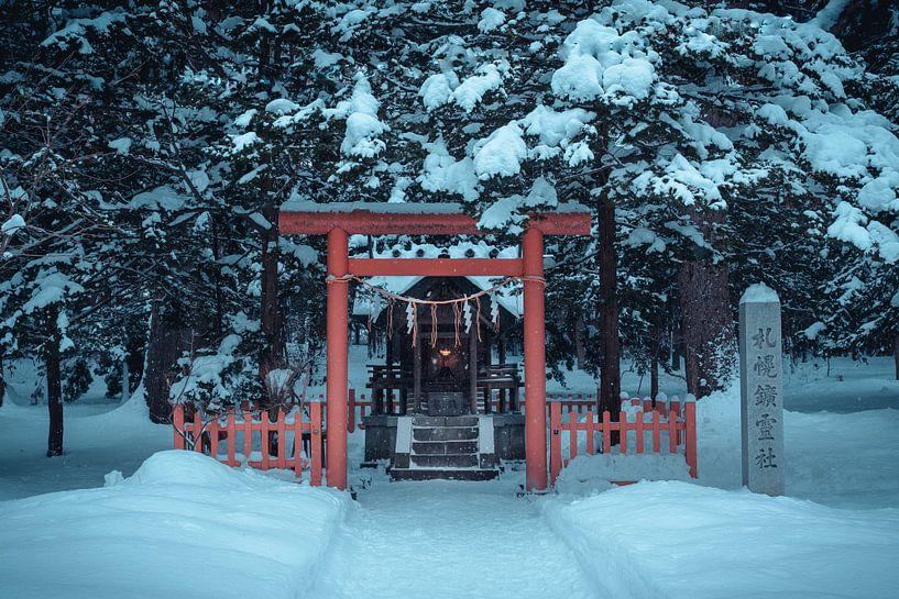 Klein altaar met een torii poort en lampje van Mickéle Godderis