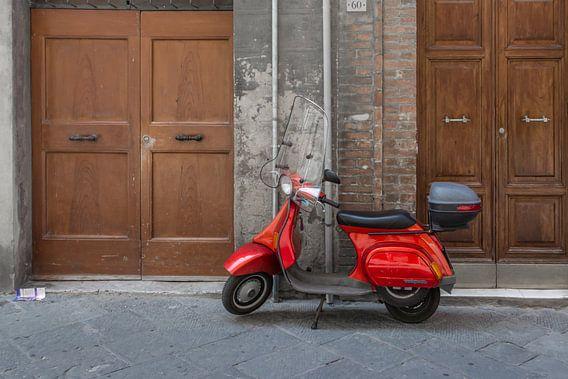 Rode Vespa scooter in Italië van Kok and Kok