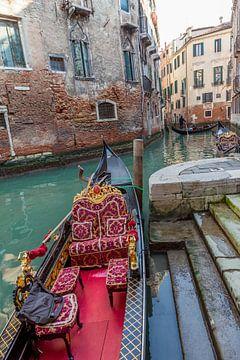 Gondolas in oude centrum van Venetie, Italie van Joost Adriaanse