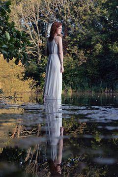 Reflectie van vrouw in witte jurk van Iris Kelly Kuntkes