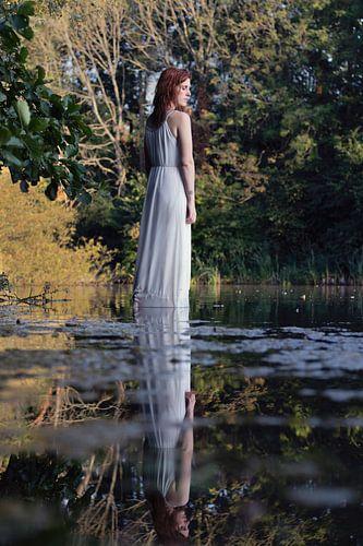 Reflectie van vrouw in witte jurk