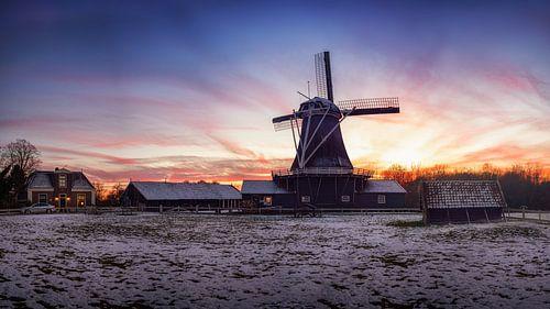 De bolwerksmolen in Deventer tijdens zonsondergang.