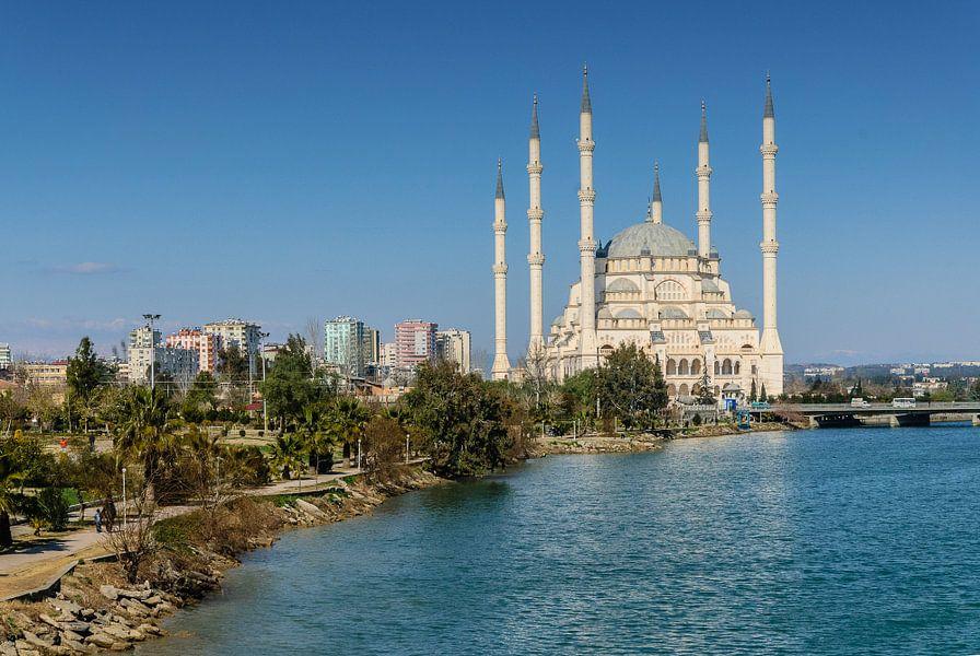 De Sabanci moskee (Sabanci Merkez Camii) in Adana, Turkije gezien vanaf de Romeinse brug over de