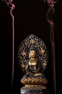 Buddha met gekleurde wierrook sur Paul Tolen