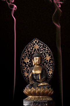 Buddha met gekleurde wierrook van Paul Tolen