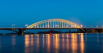Waal-Brücke bei Nacht von Daan Kloeg