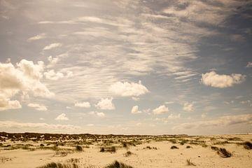 Blauwe lucht en strand van Karijn Seldam