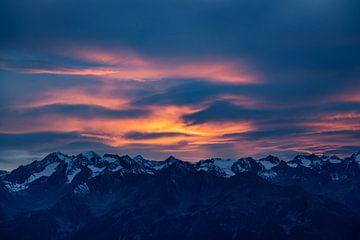 Avondzon schijnt op dansende wolken in de Alpen van Hidde Hageman