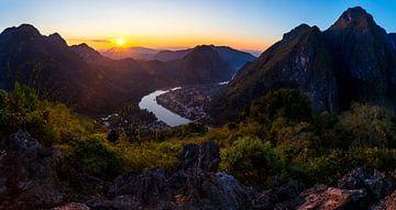 Zonsondergang in de bergen  |  Laos van Yvette Baur