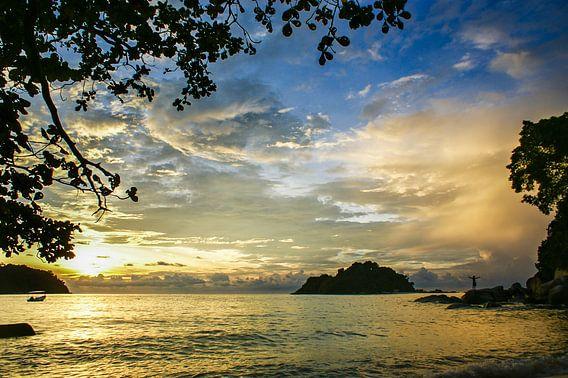 Zonsondergang op Pulau Pangkor, Maleisië van Sven Wildschut