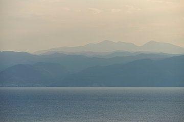 Blaue Stunde über Ohridsee in Mazedonien von Cor de Hamer