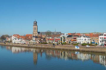 Huizen en kerk aan de IJsselkade in Deventer van Peter Apers