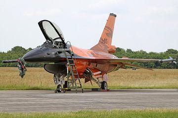 F-16 Fighting Falcon van de Koninklijke Luchtmacht in oranje demokleuren van Ramon Berk