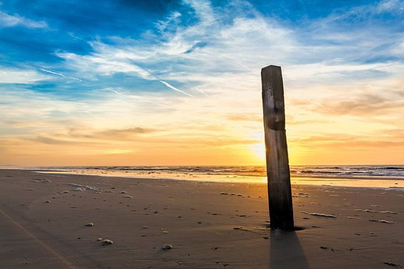 Noordzeestrand bij een zonsondergang van eric van der eijk